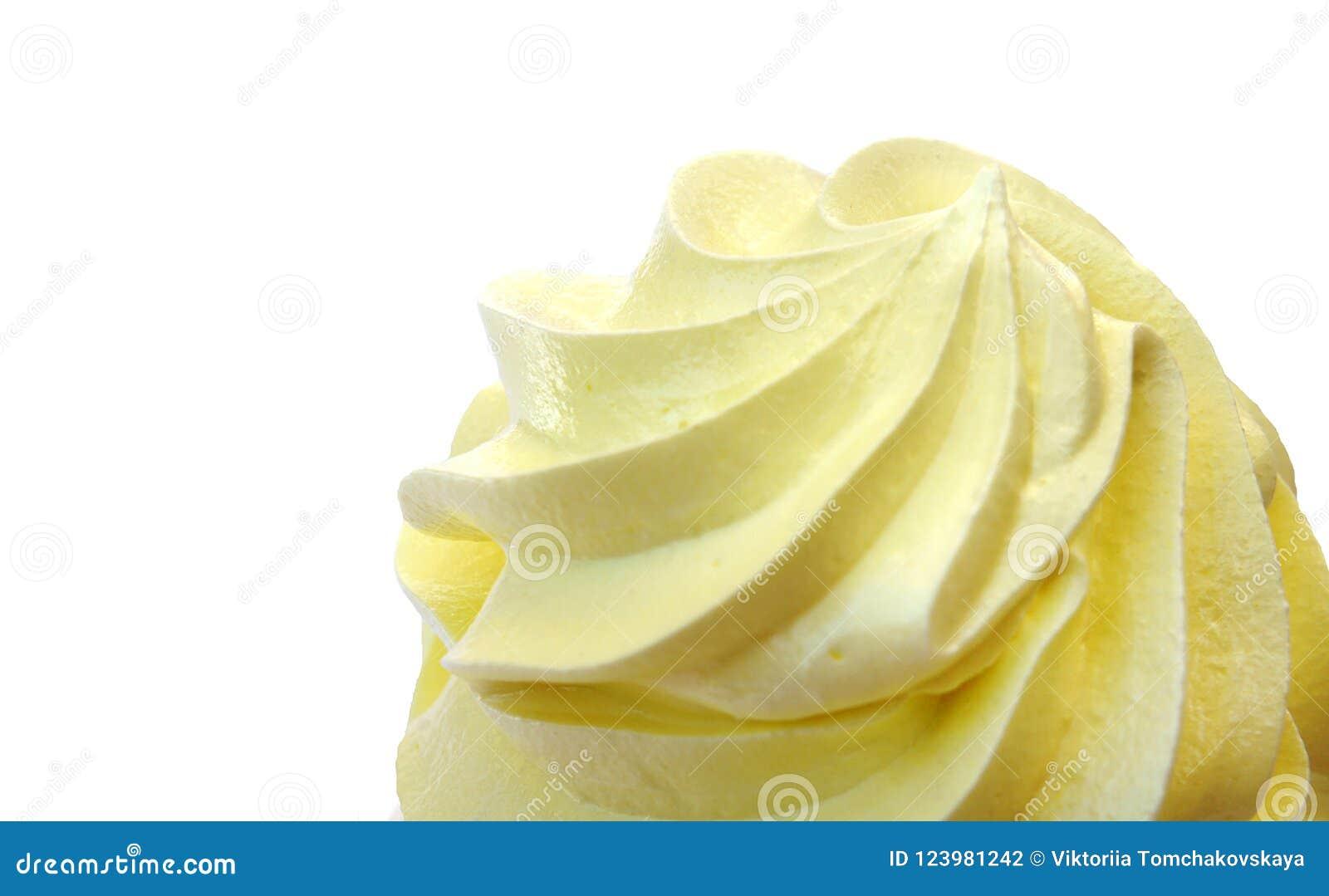 Изолированная верхняя часть cream желтой, взбитой сливк, cream торта