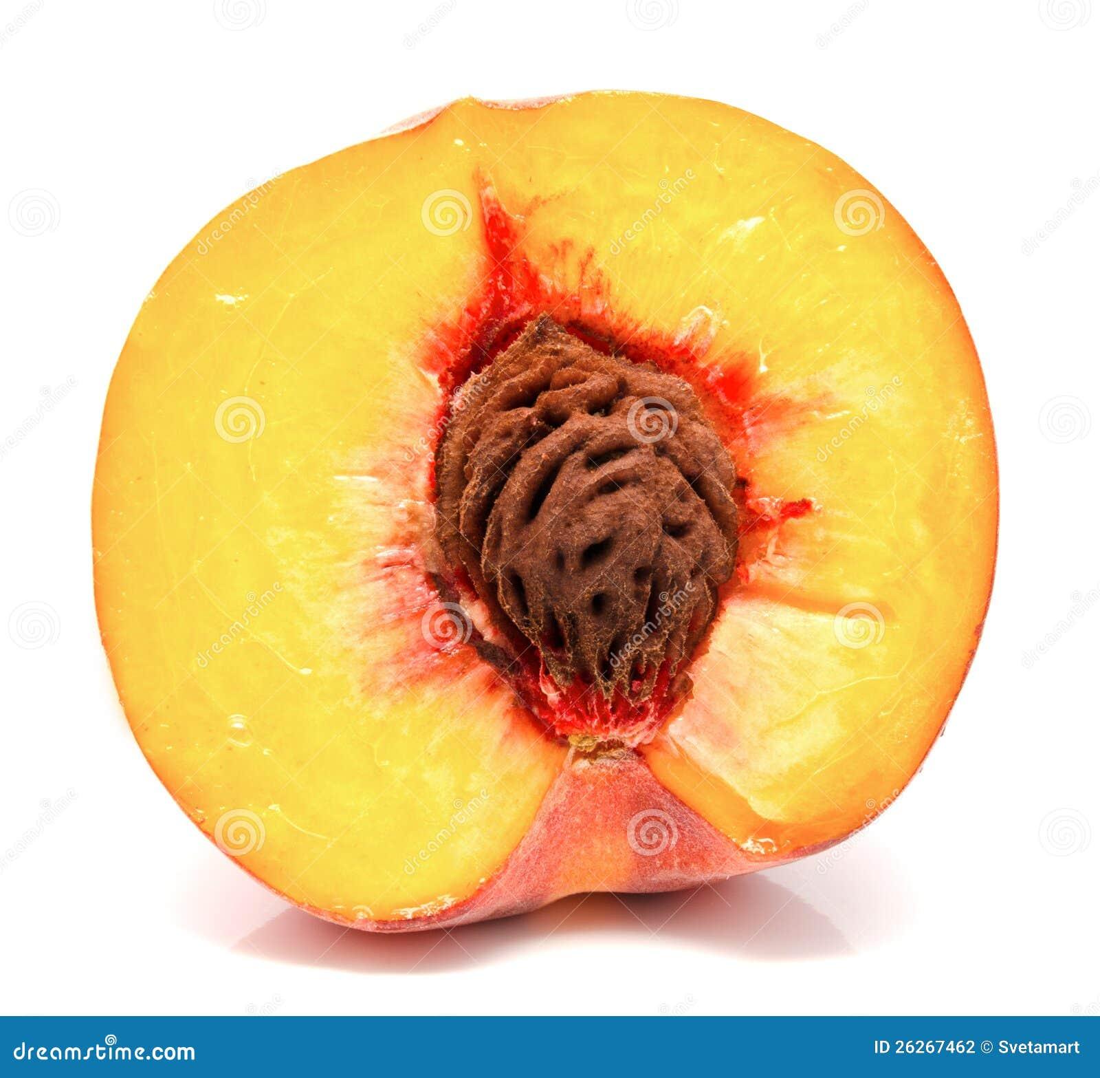 Изолированная половина зрелого персика