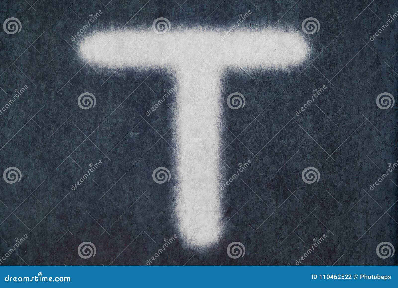Изолированное t письмо мела в предпосылке классн классного