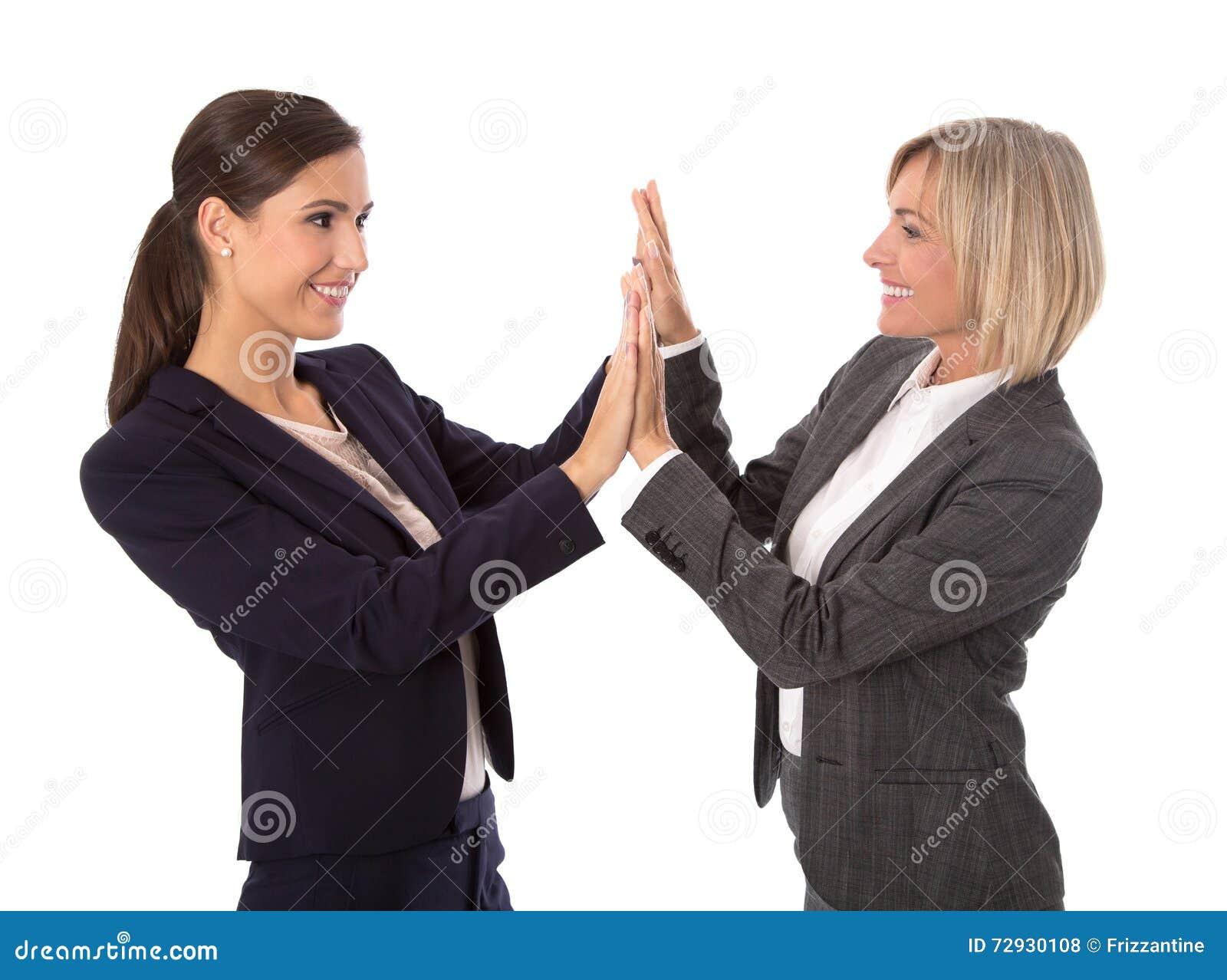 2 изолированная бизнес-леди делая рукопожатие