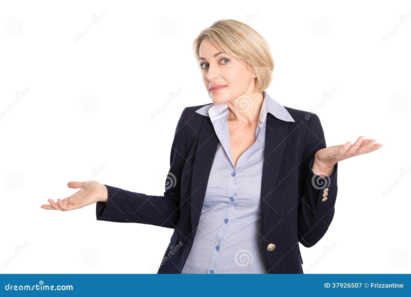 Изолированная нерешительная белокурая бизнес-леди в обмундировании дела на wh