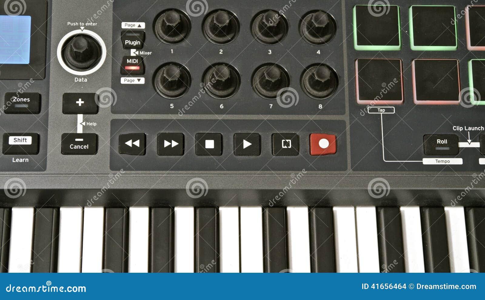 изолированная предпосылкой белизна midi клавиатуры