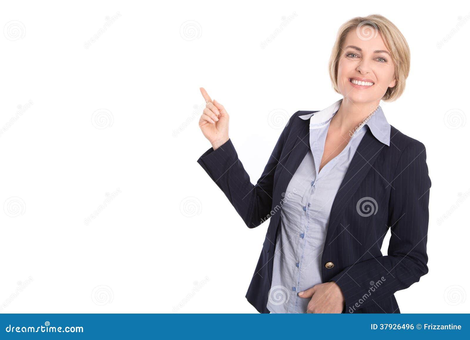 Изолированная привлекательная белокурая женщина указывая с указательным пальцем на wh