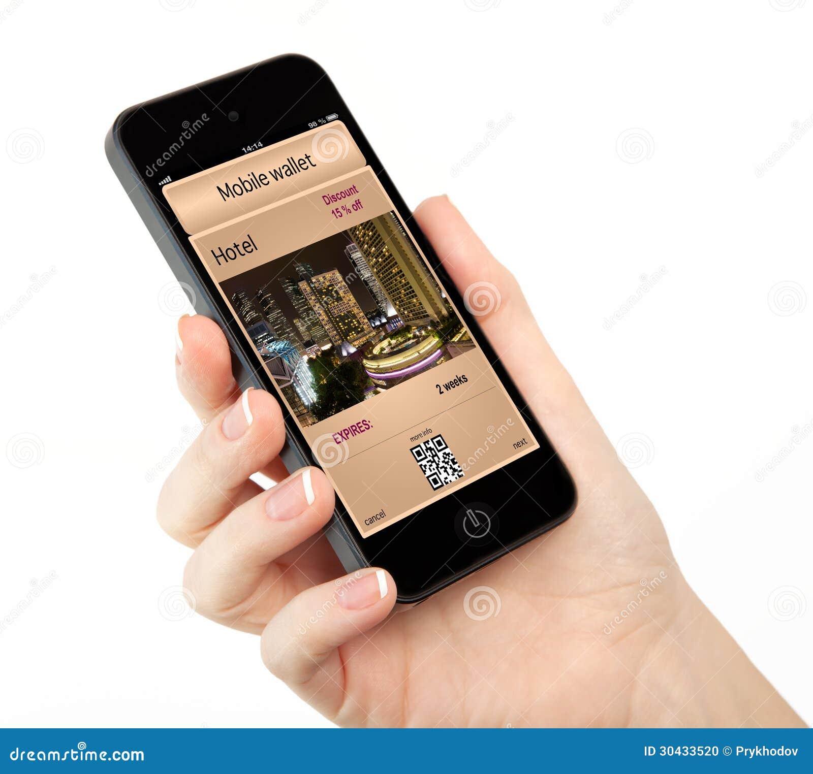 Изолированная рука женщины держа телефон с передвижными бумажником и p