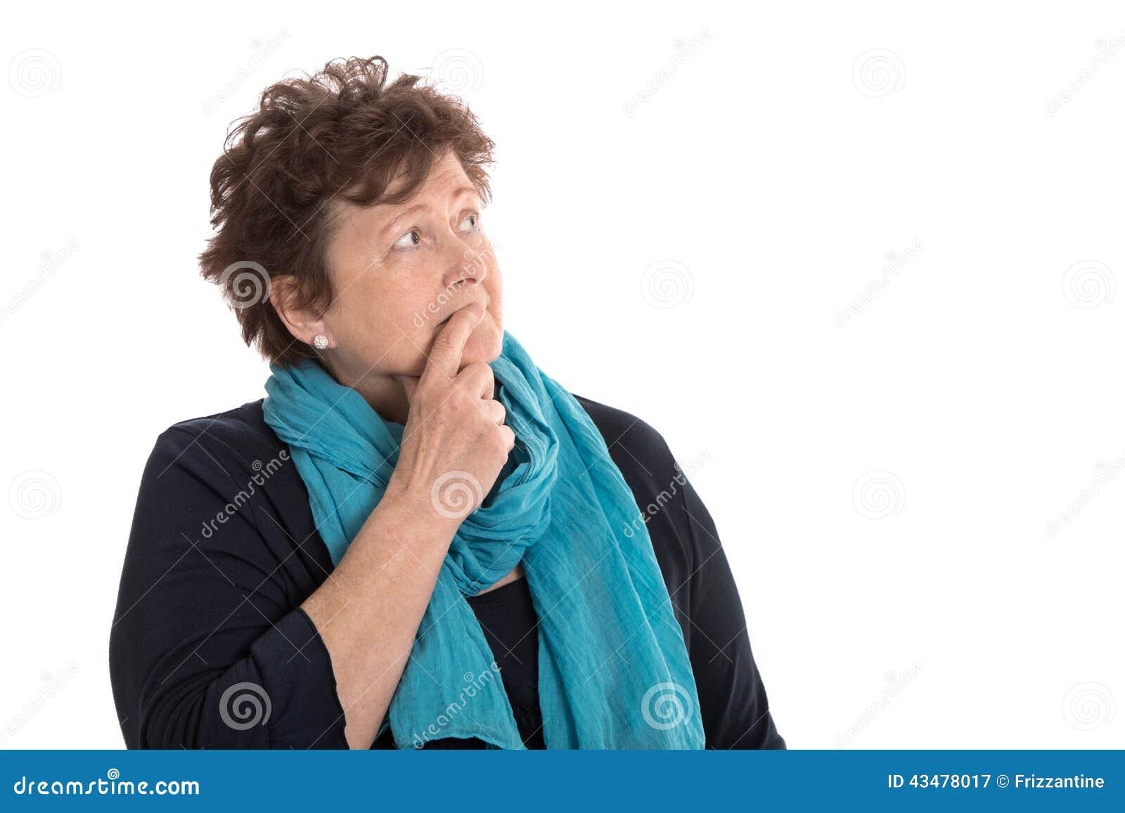Изолированная stunned старшая женщина смотря задумчивая и скорбная сторона