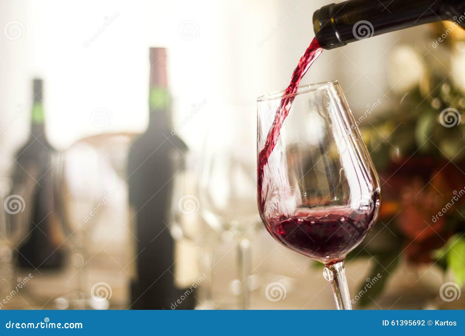 изолированное вино waite om красное