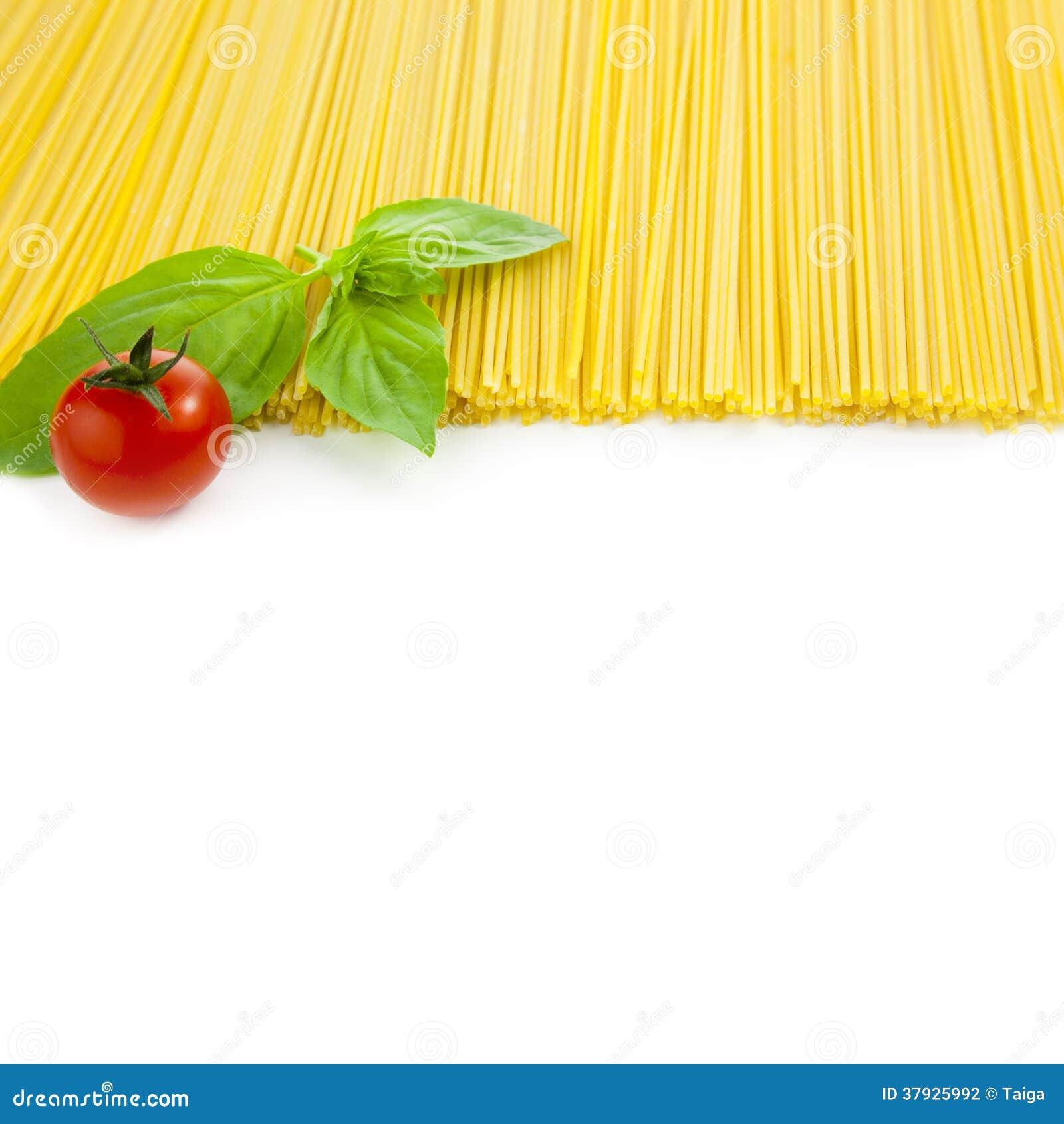 Изолированный варить итальянки - спагетти с томатами и базиликом -
