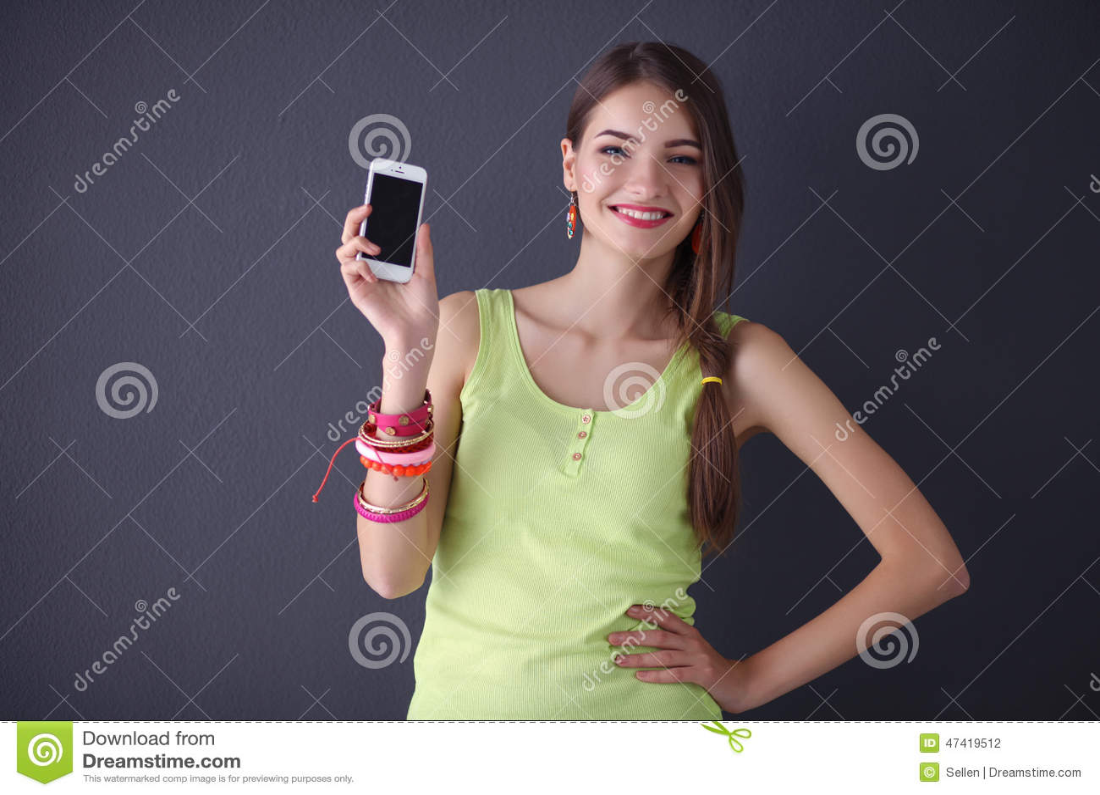 Изолированный мобильный телефон красивой молодой женщины holdiing,