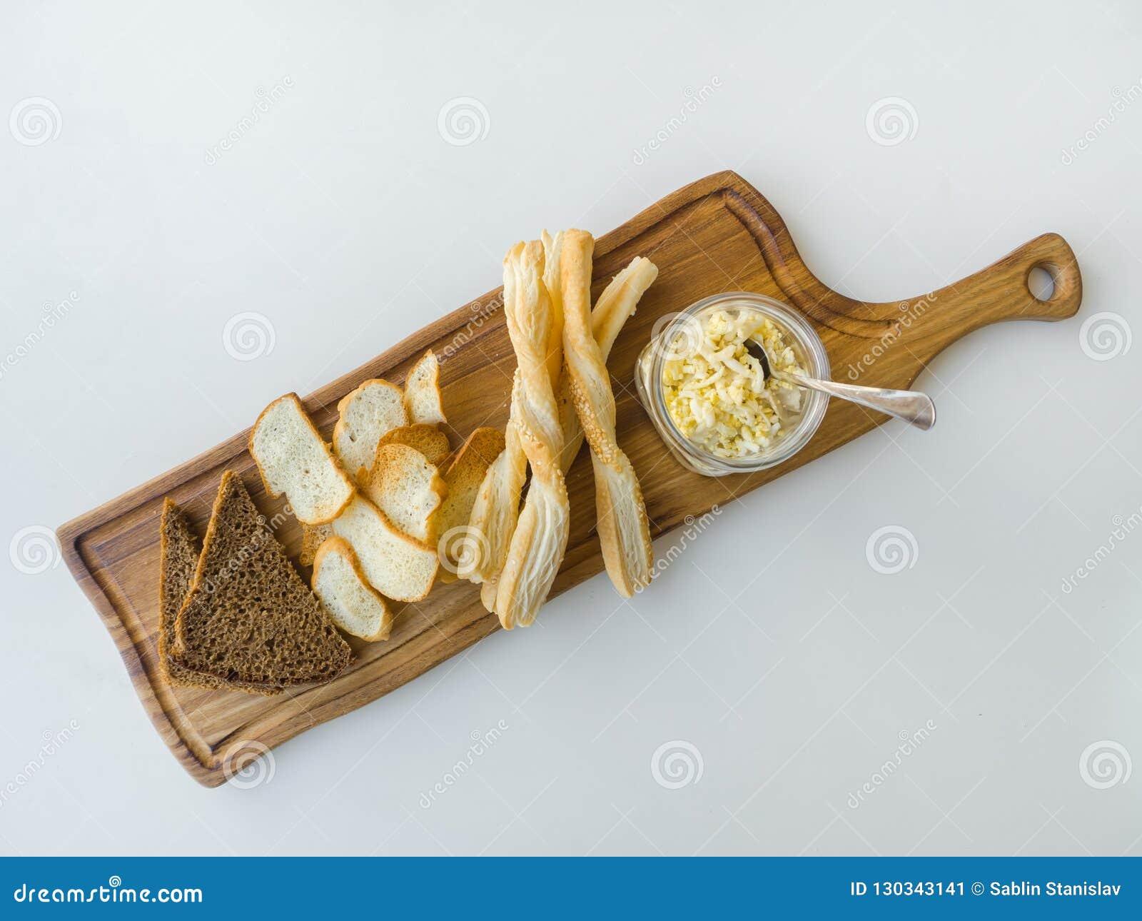 Израильское moussaka с обломоками хлеба на доске на белой таблице
