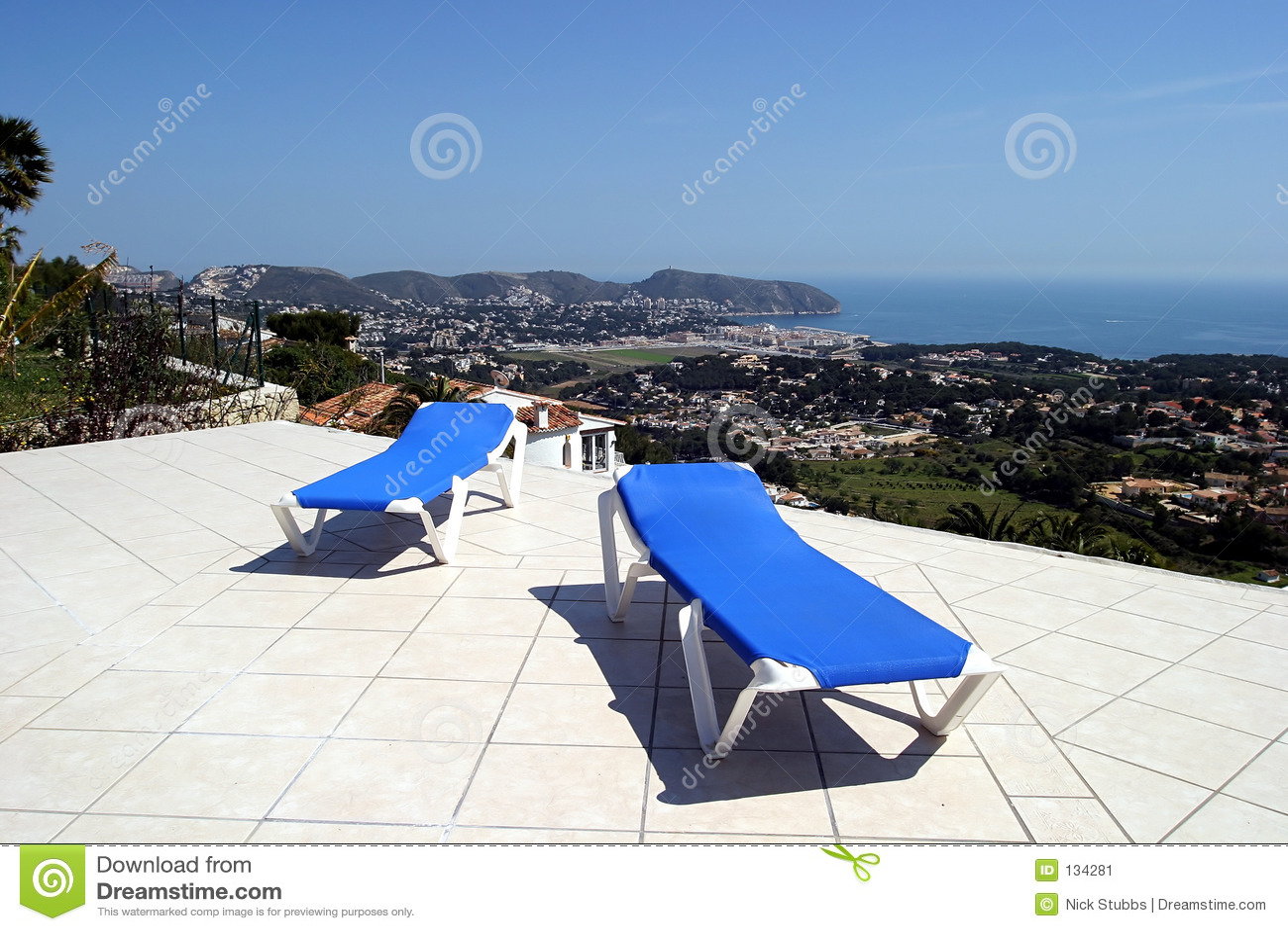 изумительные голубые взгляды террасы 2 sunbeds солнца океана
