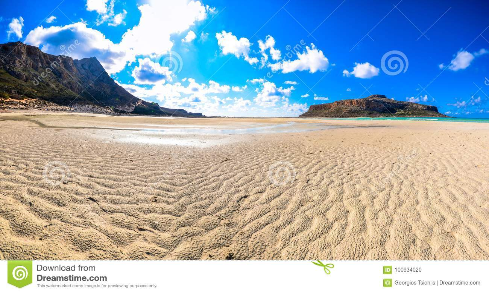 Изумительный взгляд лагуны Balos с волшебными водами бирюзы, лагунами, тропическими пляжами чисто белых песка и острова Gramvousa
