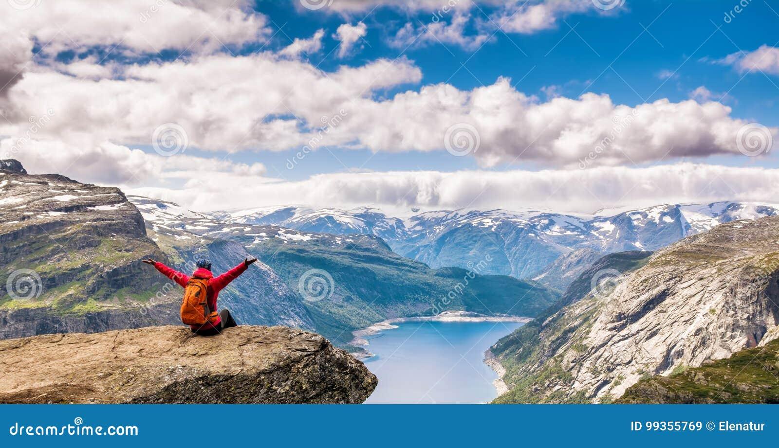 Изумительный взгляд природы на пути к Trolltunga Положение: Scandina