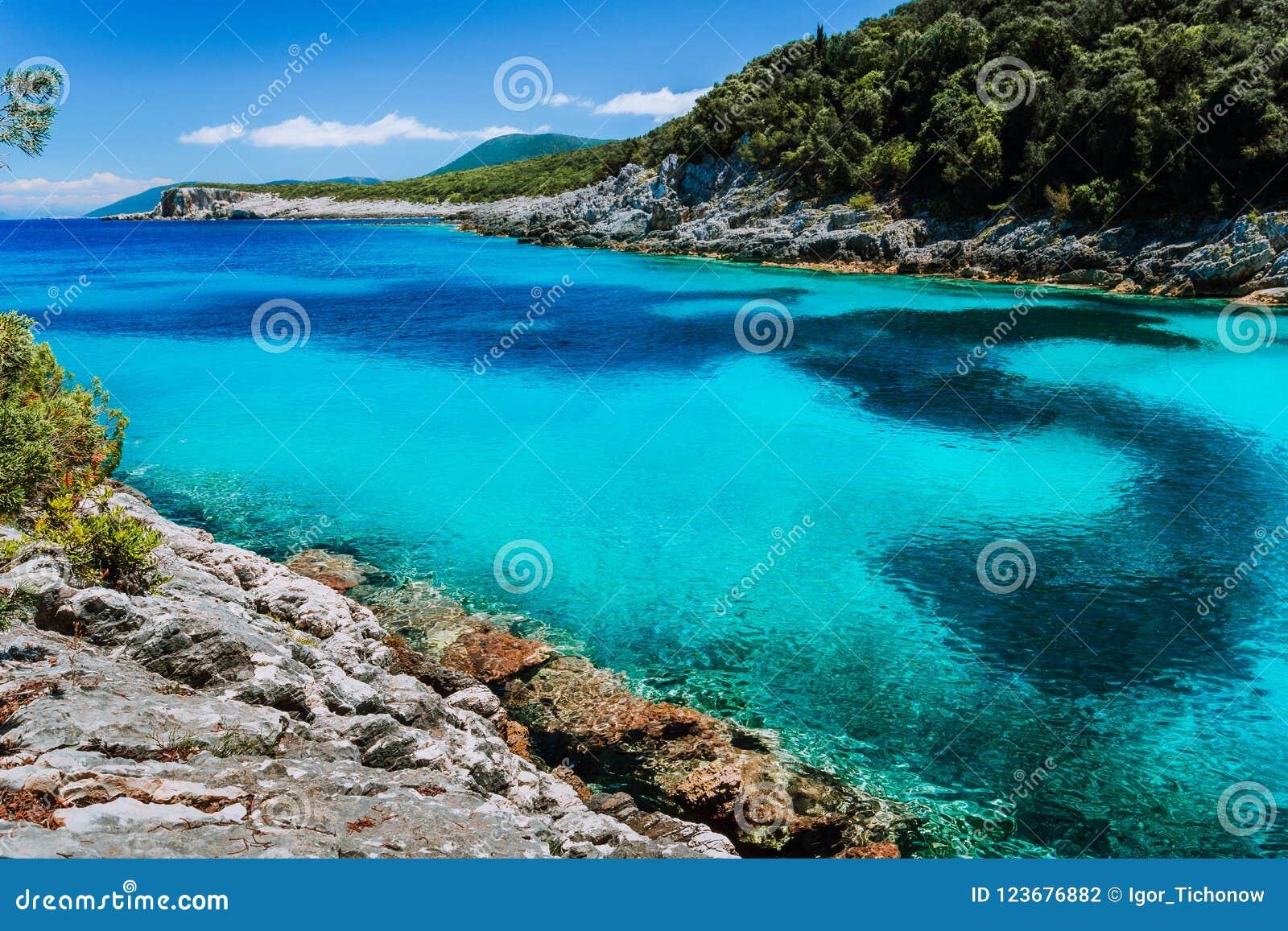 Изумительный красочный залив на среднеземноморском острове Белые скалы перерастанные с вегетацией каникула территории лета katya