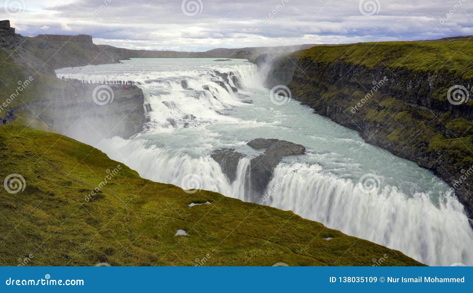 Изумительный огромный красивый водопад Gullfoss, известный ориентир ориентир в Исландии