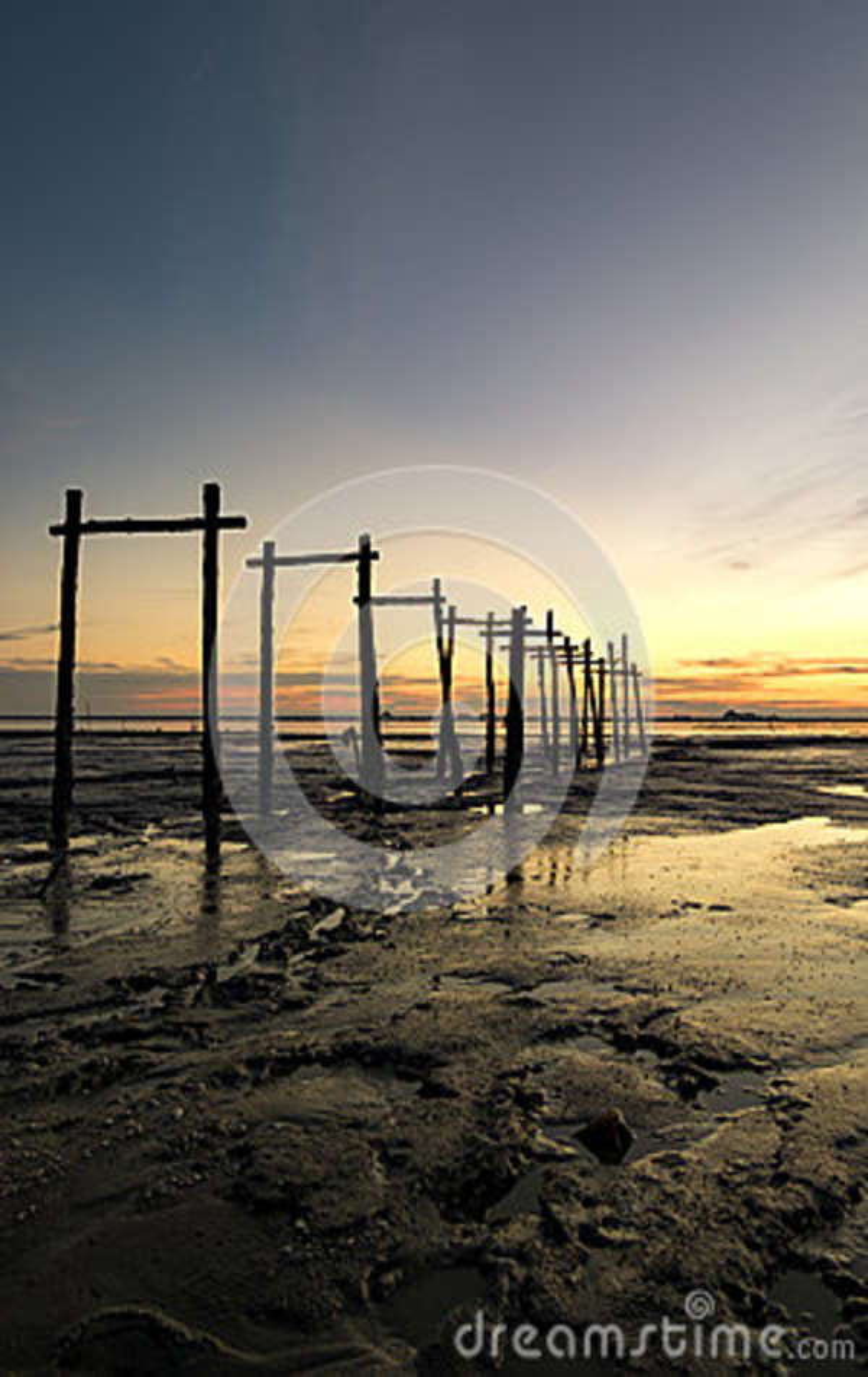 Изумительная тропическая предпосылка захода солнца, деревянная структура на тинном пляже