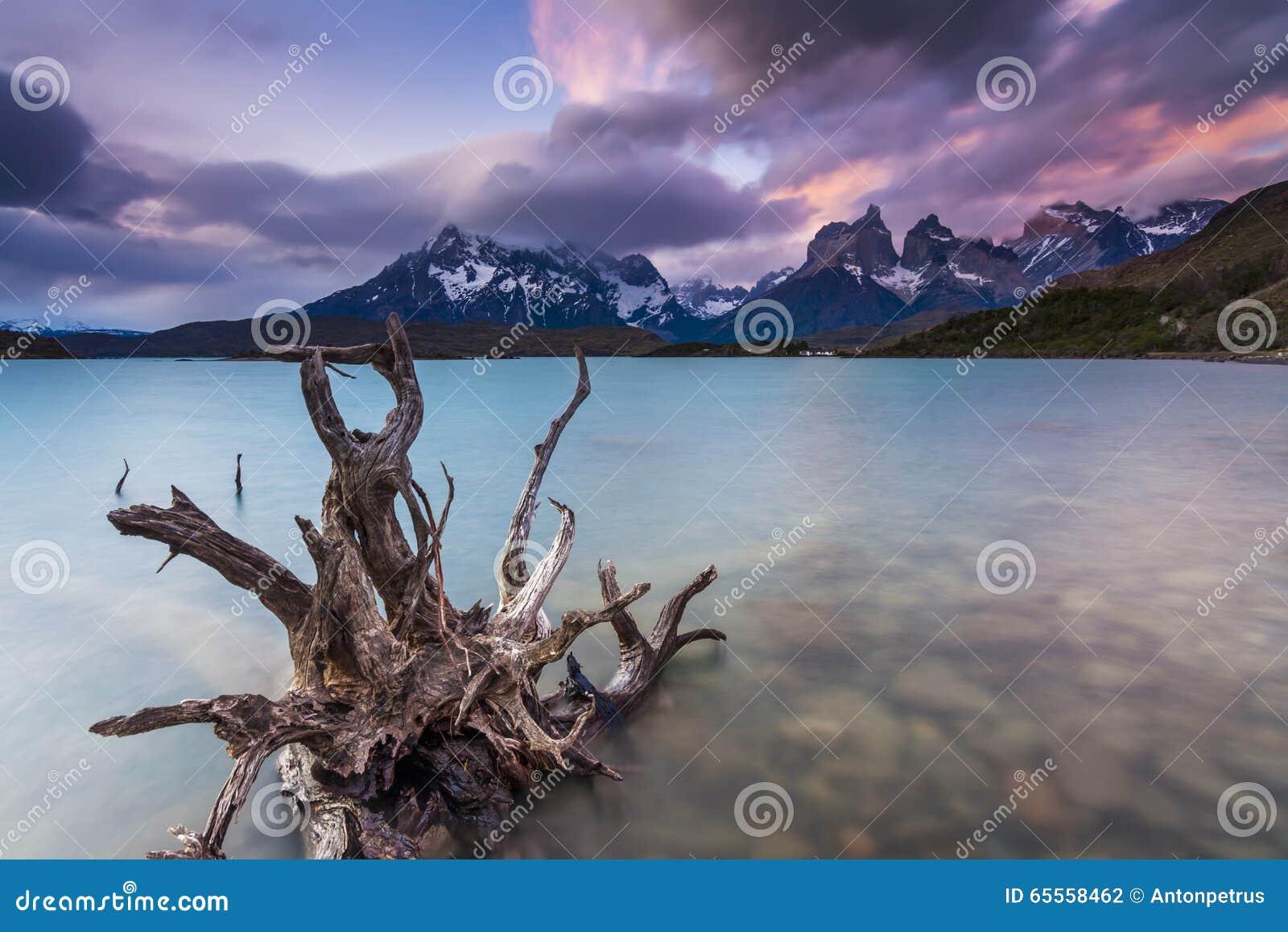 Изумительные взгляды гор и озера