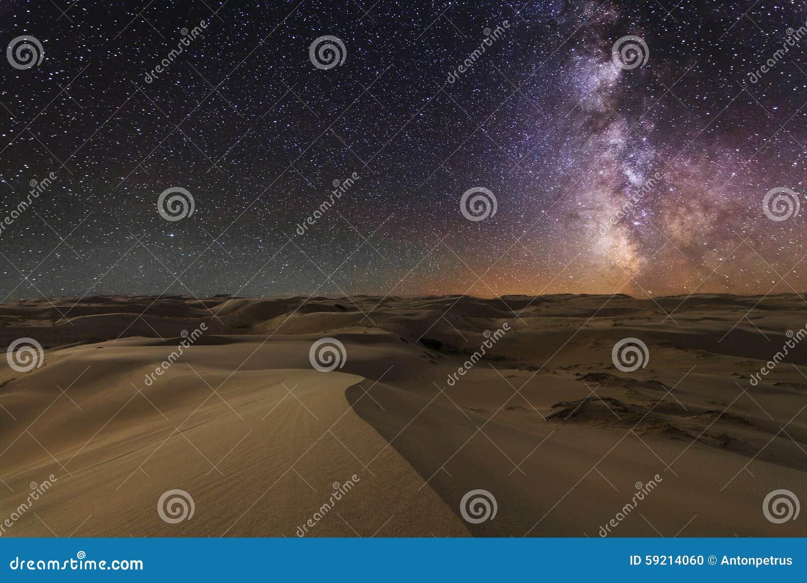 Изумительные взгляды пустыни Гоби под звёздным небом
