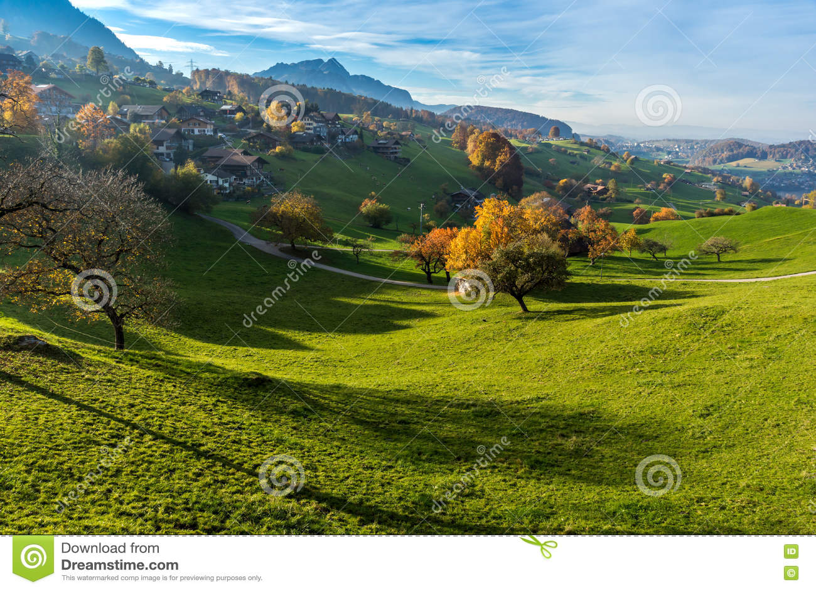 Изумительный взгляд осени типичной деревни Швейцарии около городка Интерлакена