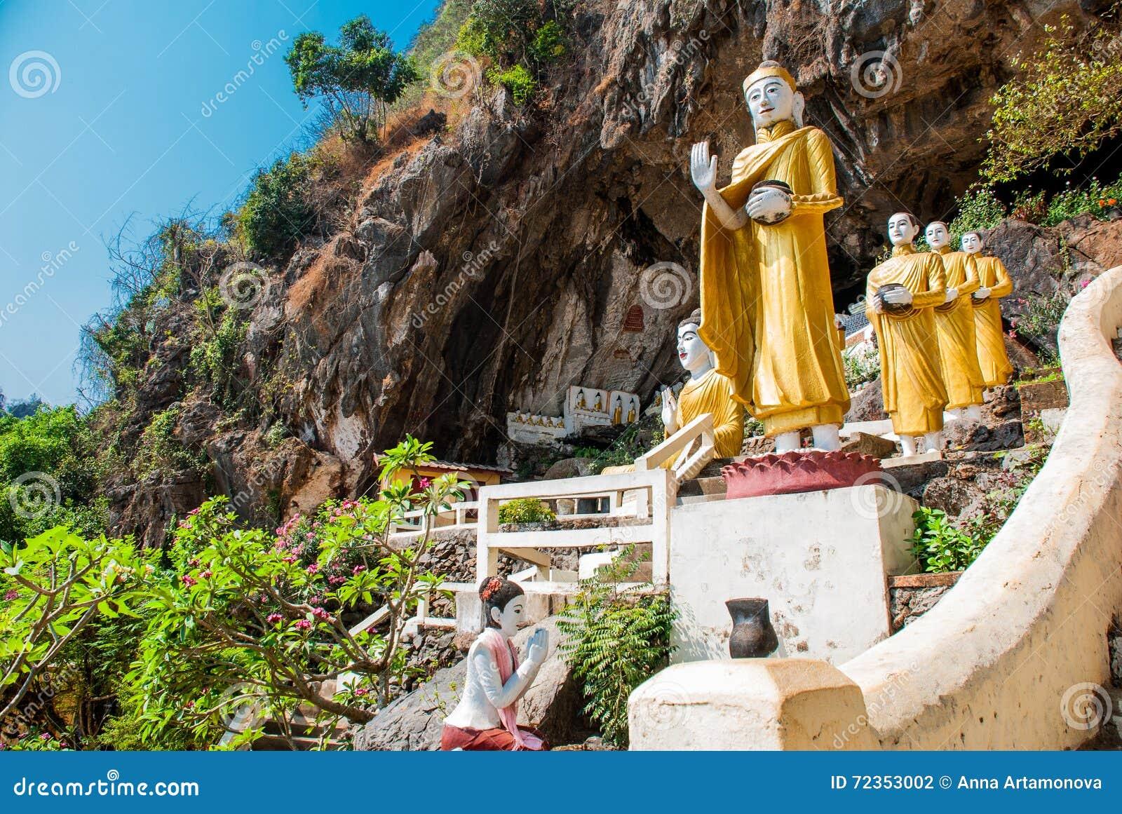 Изумительный взгляд статуй Buddhas серии и религиозный высекать на известковой скале в священной пещере чокнутого Kaw Hpa-An, Мья