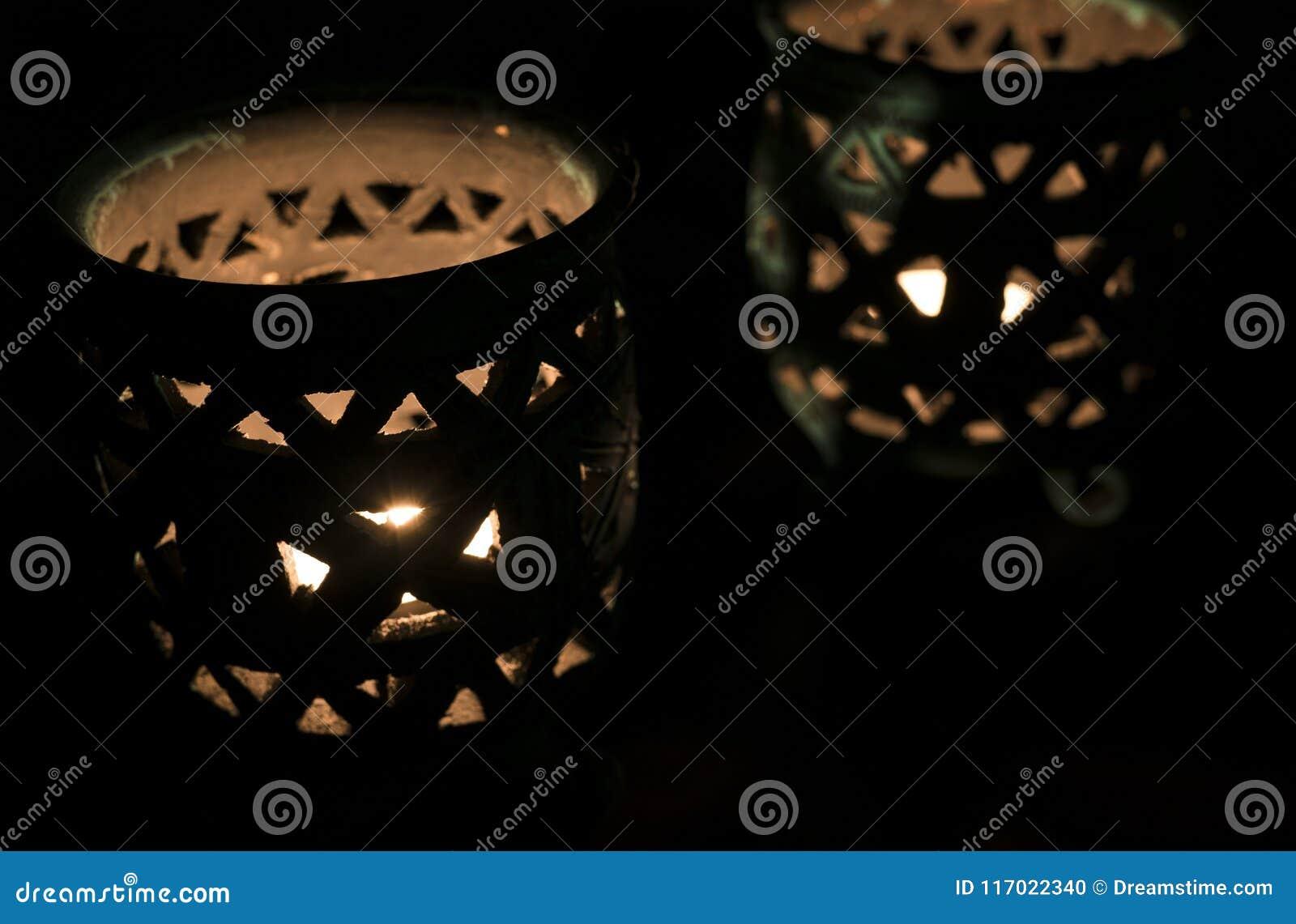 Изумлять близко вверх освещенных свечей в красивом голубом держателе для свечи