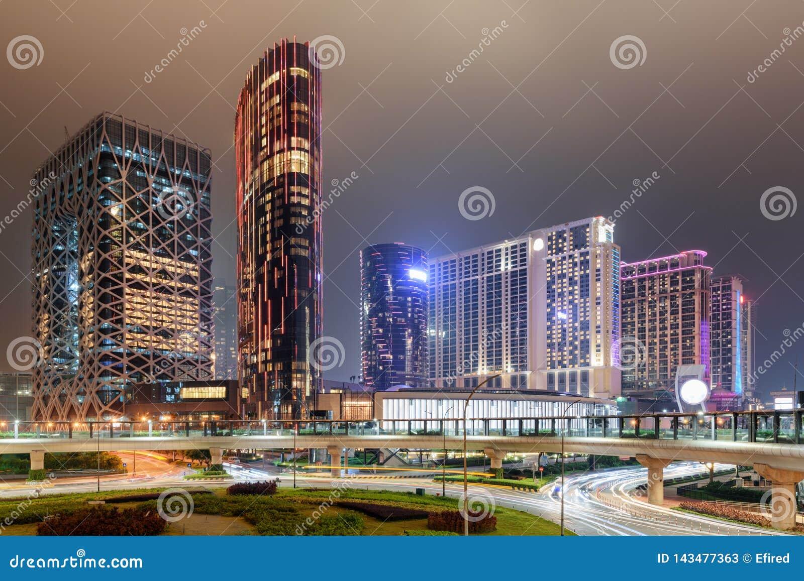 Изумляя взгляд ночи современных зданий в Cotai Макао