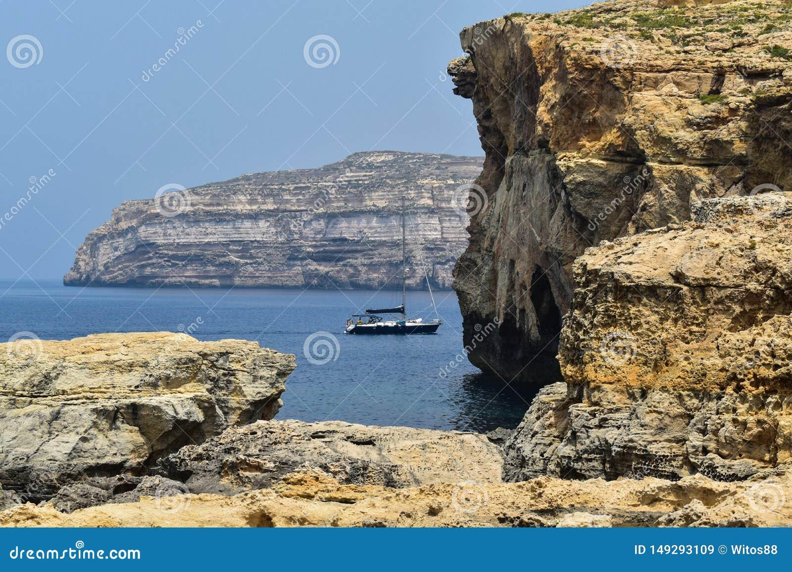 Изумляя взгляд скал в Мальте, Gozo