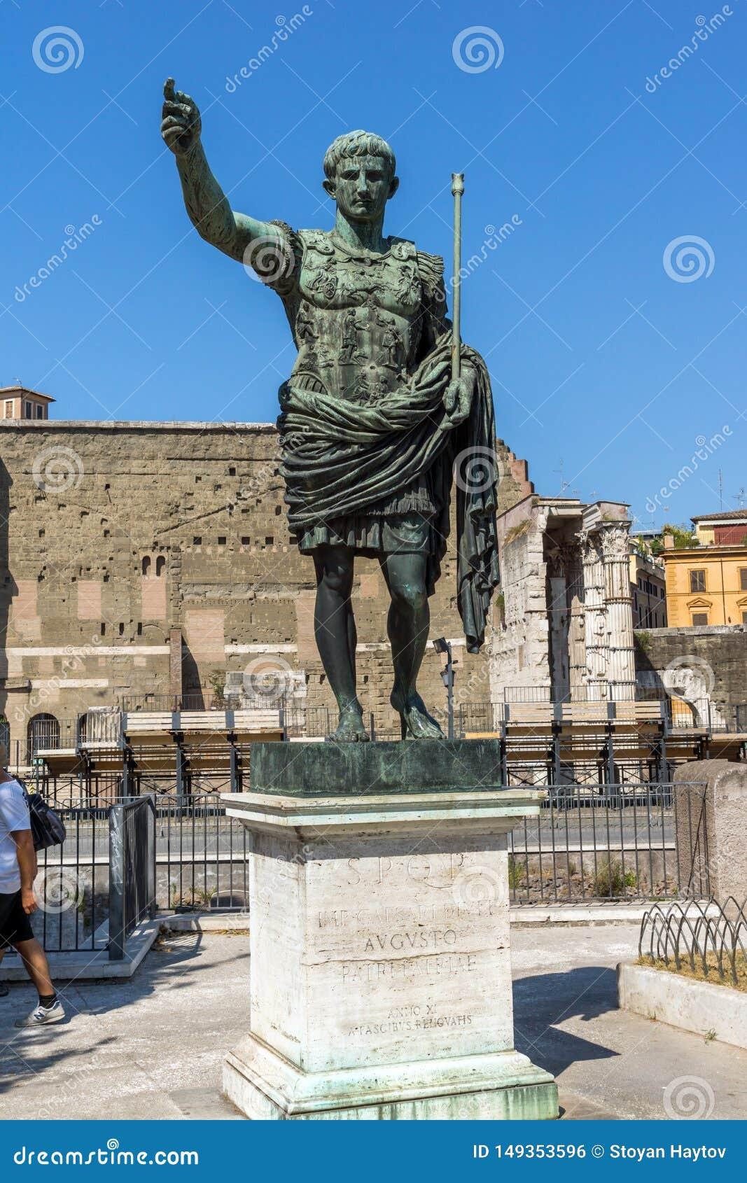 Изумляя взгляд форума и статуи Augustus в городе Рима, Италии