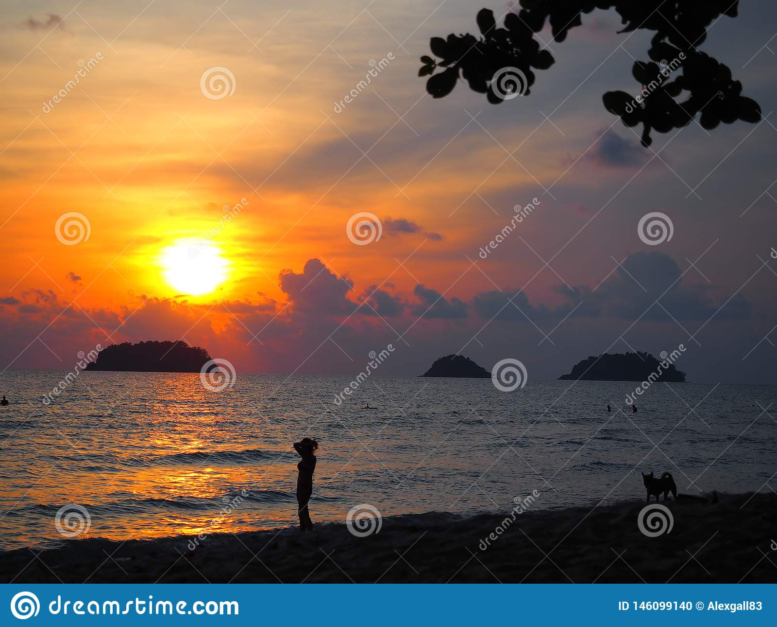 изумляя заход солнца в Ko Chang остров на юге Таиланда, близко к камбоджийской границе