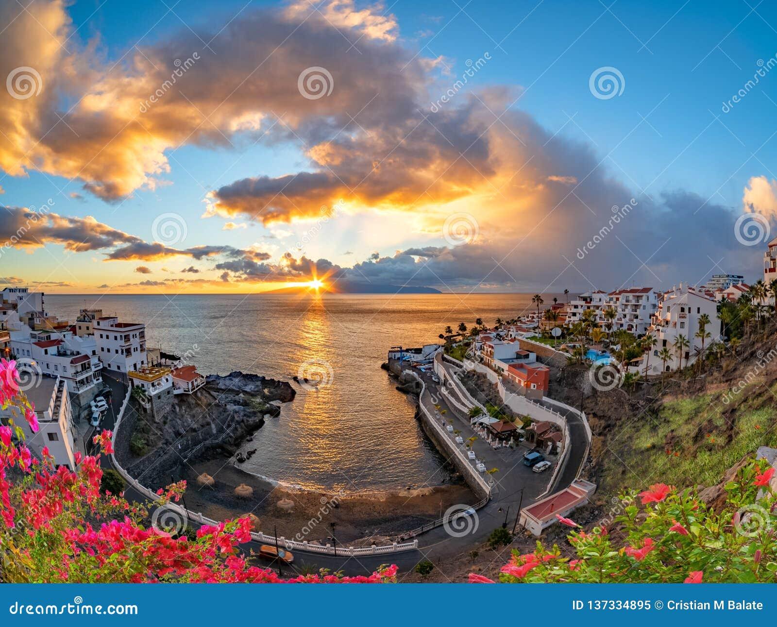 Изумляя заход солнца в Puerto de Сантьяго