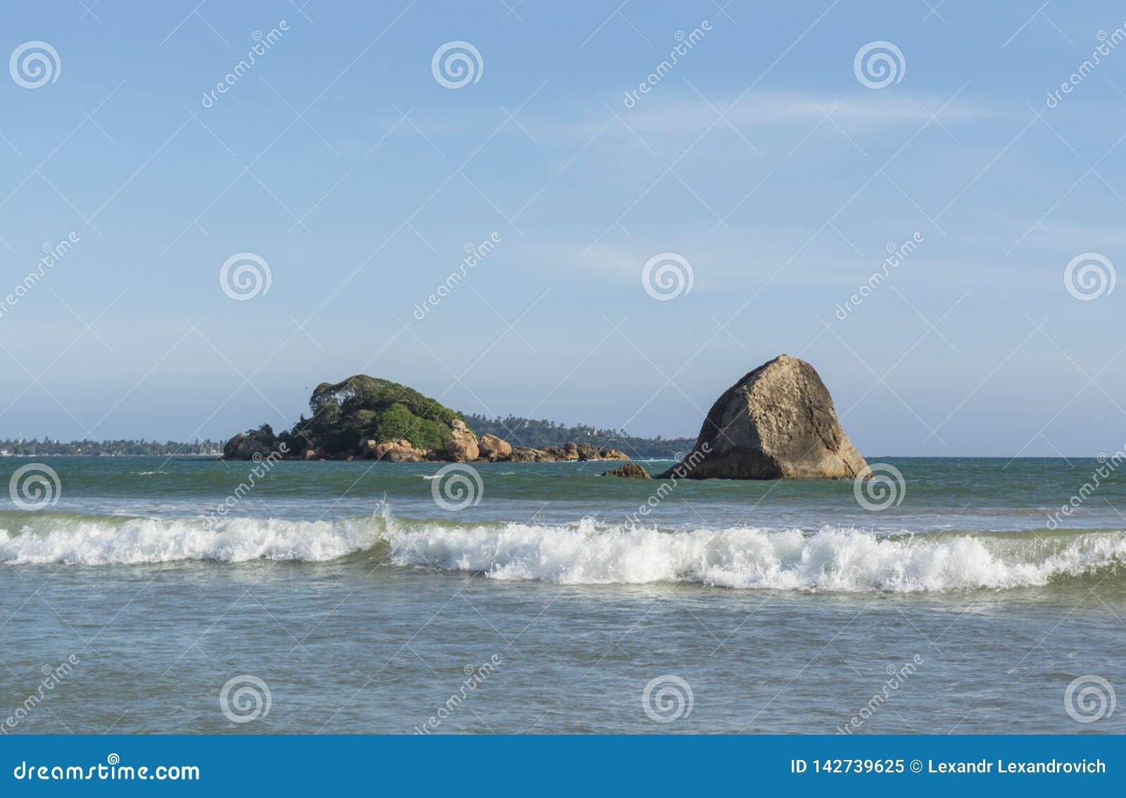 Изумляя ландшафт океана на красивом тропическом пляже с утесами в городке Weligama