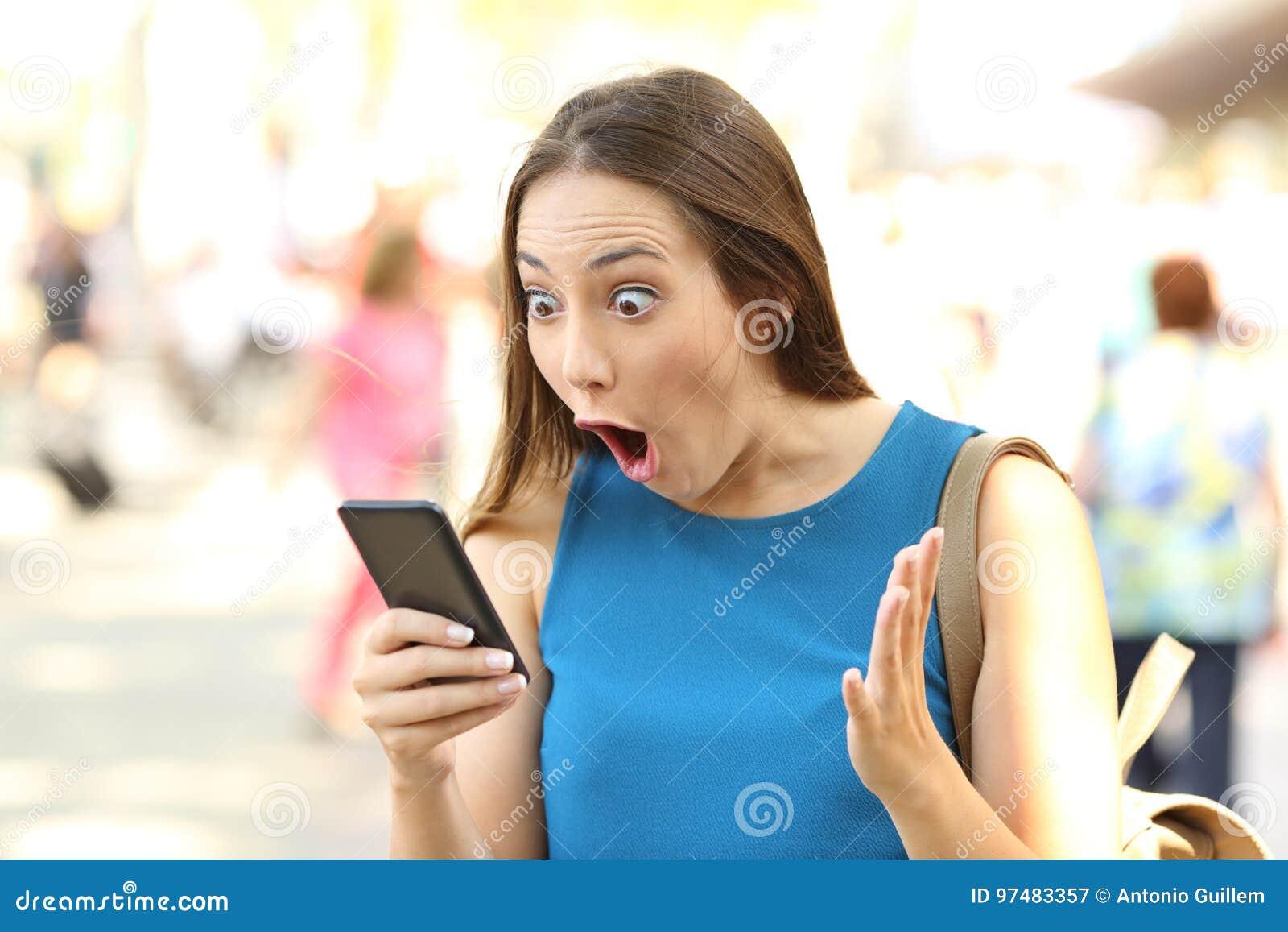 Изумленная женщина получая shocking новости