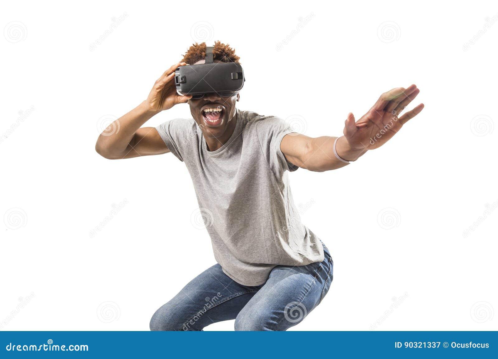 Изумлённые взгляды зрения vr 360 виртуальной реальности американского человека Афро нося наслаждаясь видеоигрой