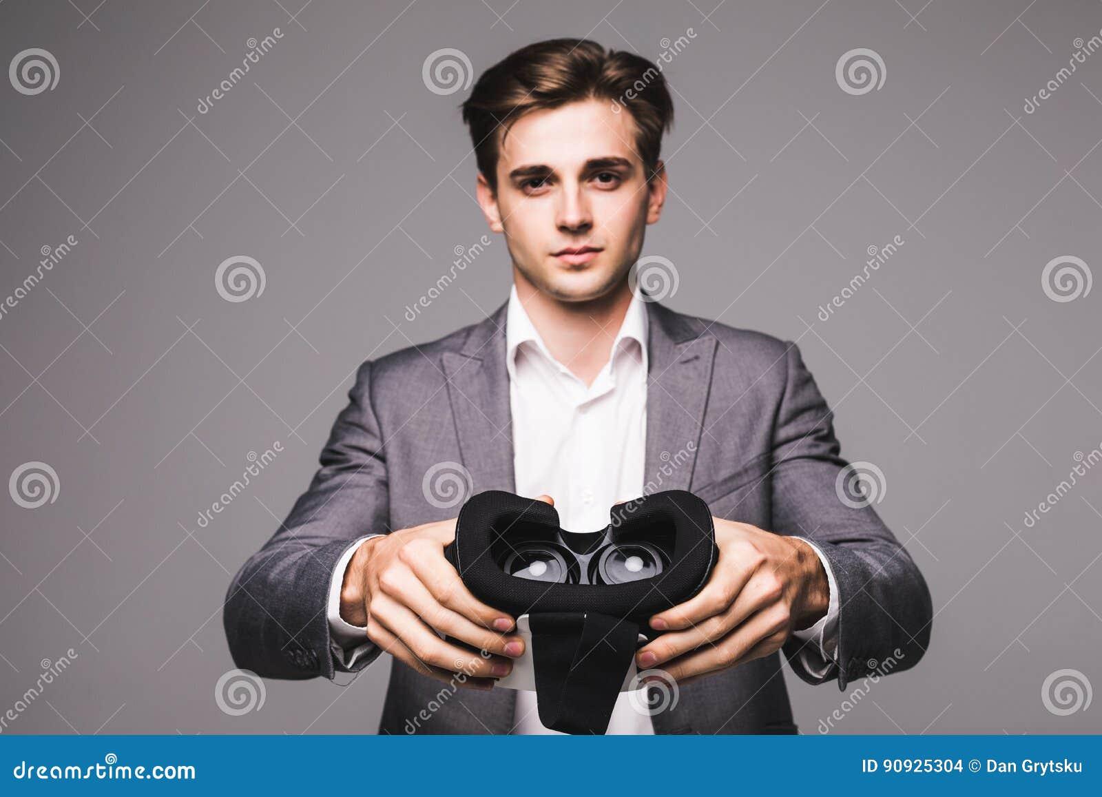 Изумлённые взгляды VR Человек дает, указал изумлённые взгляды виртуальной реальности смотря кино или играя видеоигры изолированны