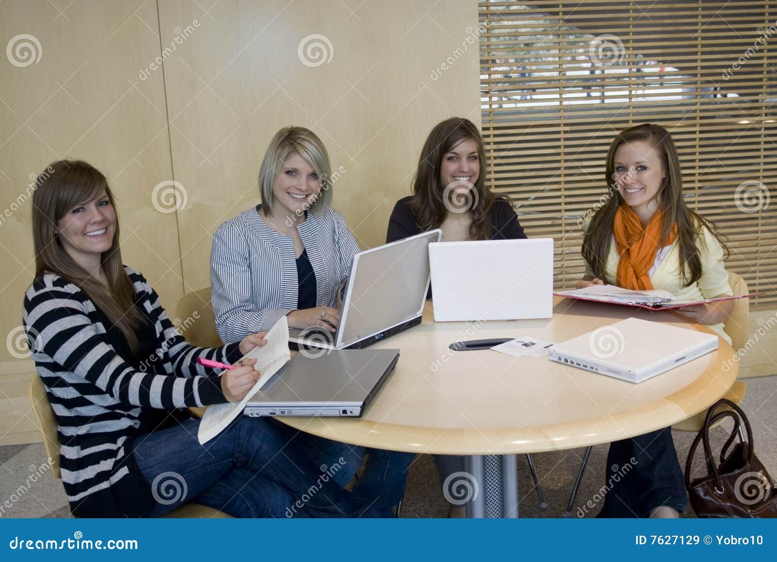 изучать студентов