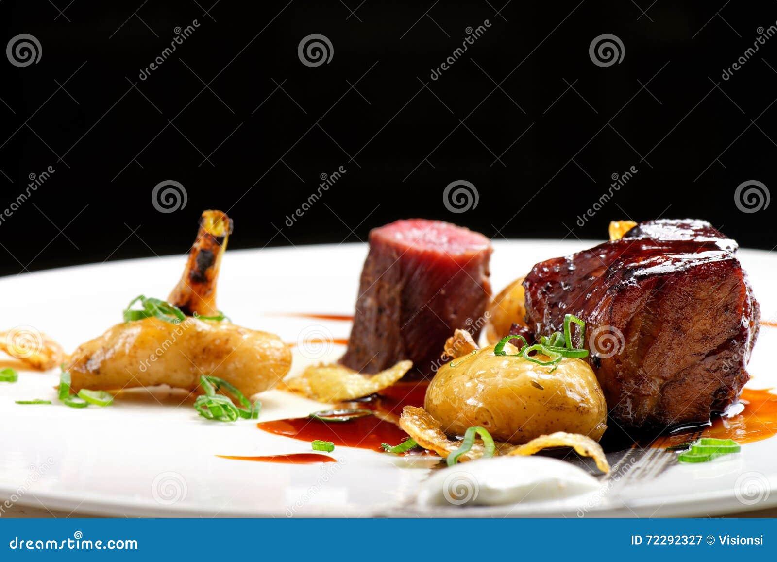 Download Изысканная кухня, зажаренные стейки овечки с соусом порта Стоковое Изображение - изображение насчитывающей closeup, утка: 72292327