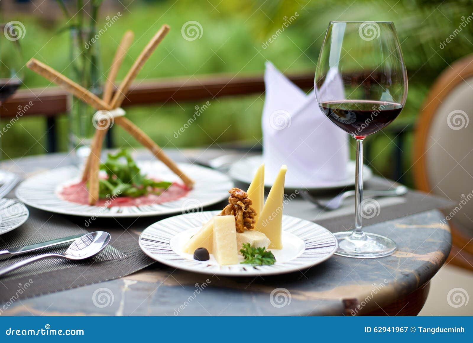Изысканные закуски с различными сыром и вином