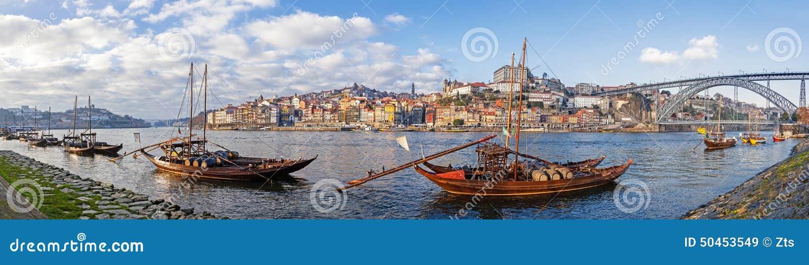 Иконические шлюпки Rabelo, традиционные переходы вина порта, с районом Ribeira и мостом Dom Луис i