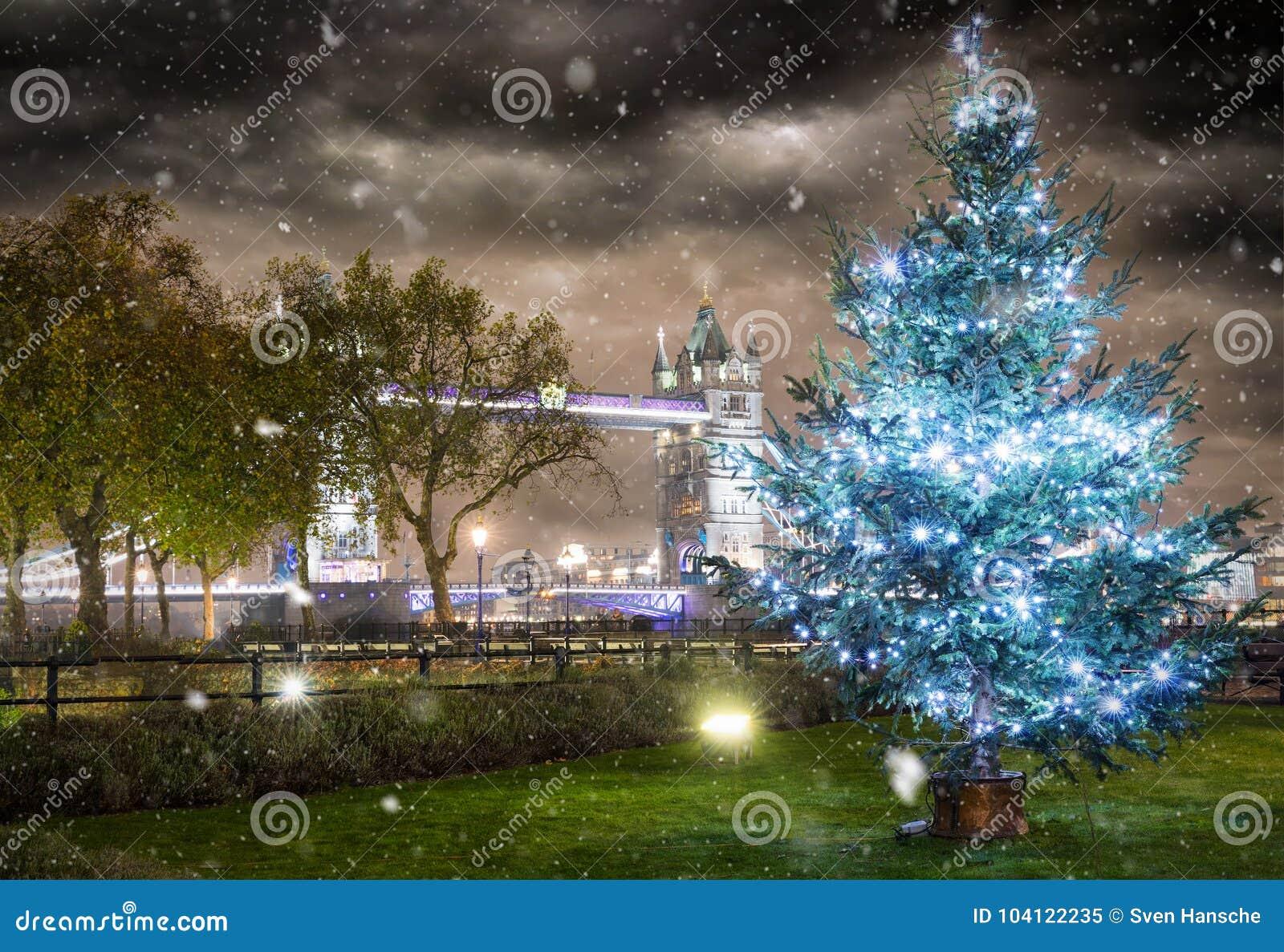 Иконический мост башни в зимнем времени с рождественской елкой