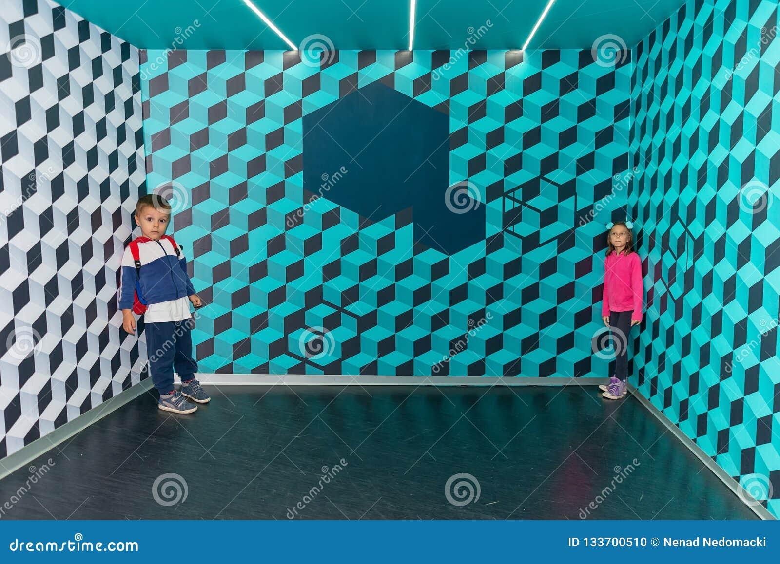 иллюзион Очень большой мальчик и очень небольшая девушка