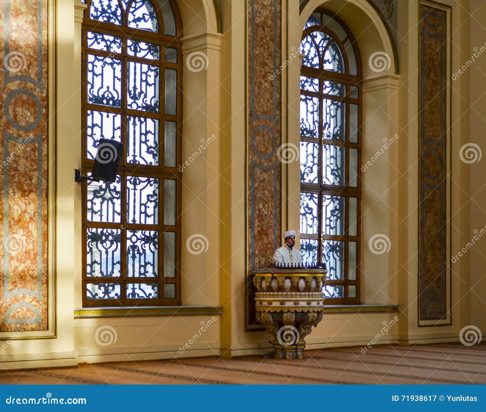 Имам мечети султана Bezm-i Alem Valide проповедуя в амвоне