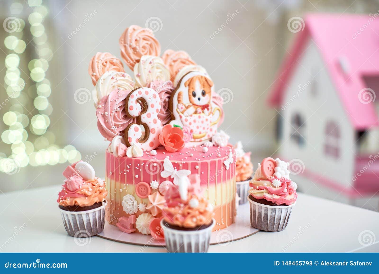 Именниный пирог на 3 лет украшенный с котенком пряника бабочек с замороженностью и 3 меренга бледная - пинк в