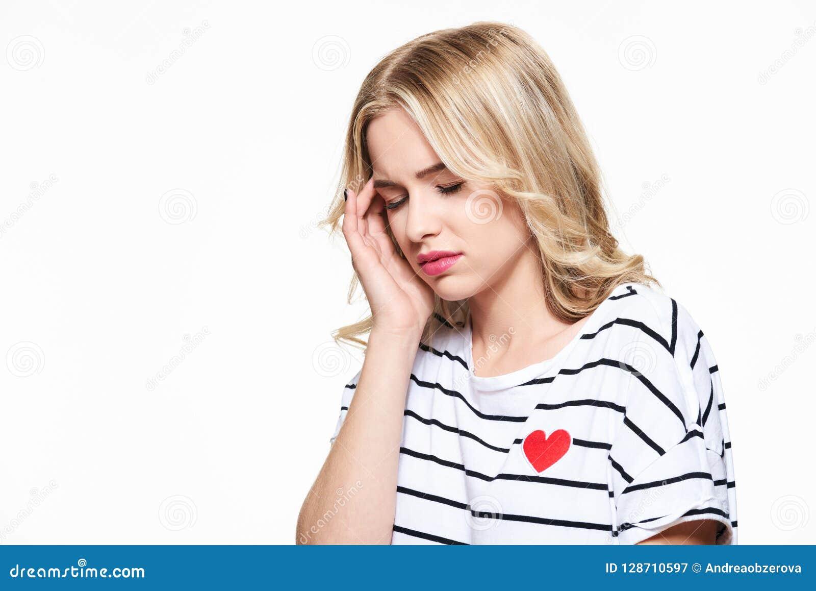 иметь детенышей женщины головной боли Усиленная вымотанная молодая женщина имея сильную головную боль напряжения страдание мигрен