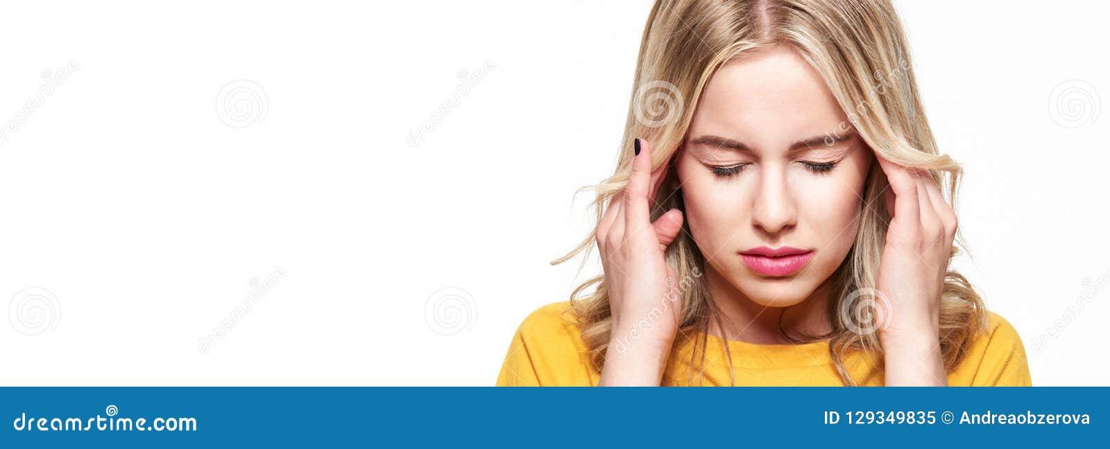 иметь детенышей женщины головной боли Усиленная вымотанная молодая женщина массажируя ее виски Женщина терпя от мигрени