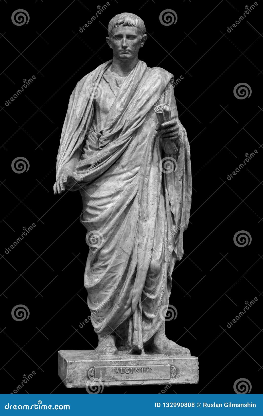Император цезаря Octavianus Augustus римский приемный сын Жулиус Чаесар Изолированная статуя на черноте