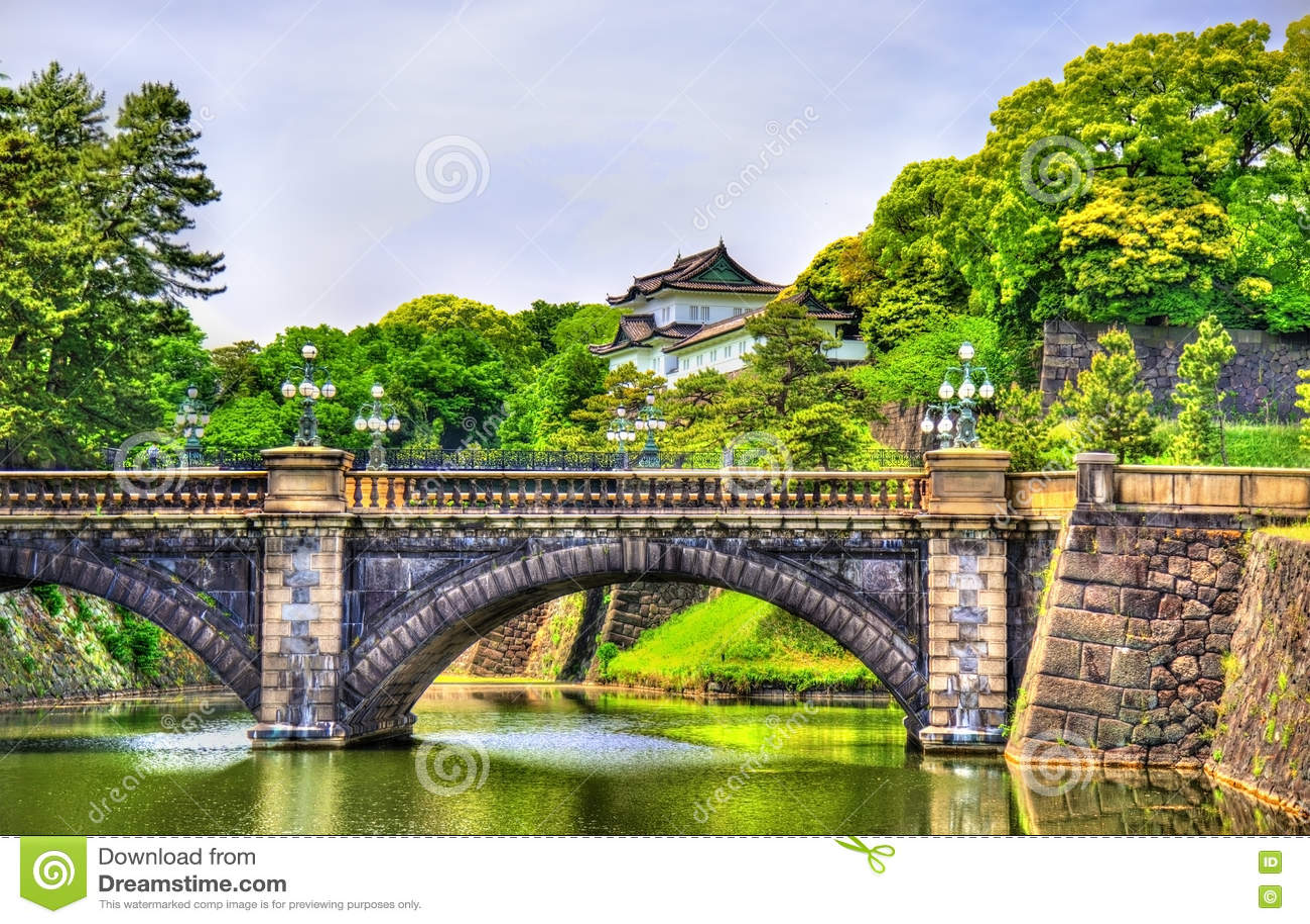 Имперский дворец с мостом Nijubashi в токио
