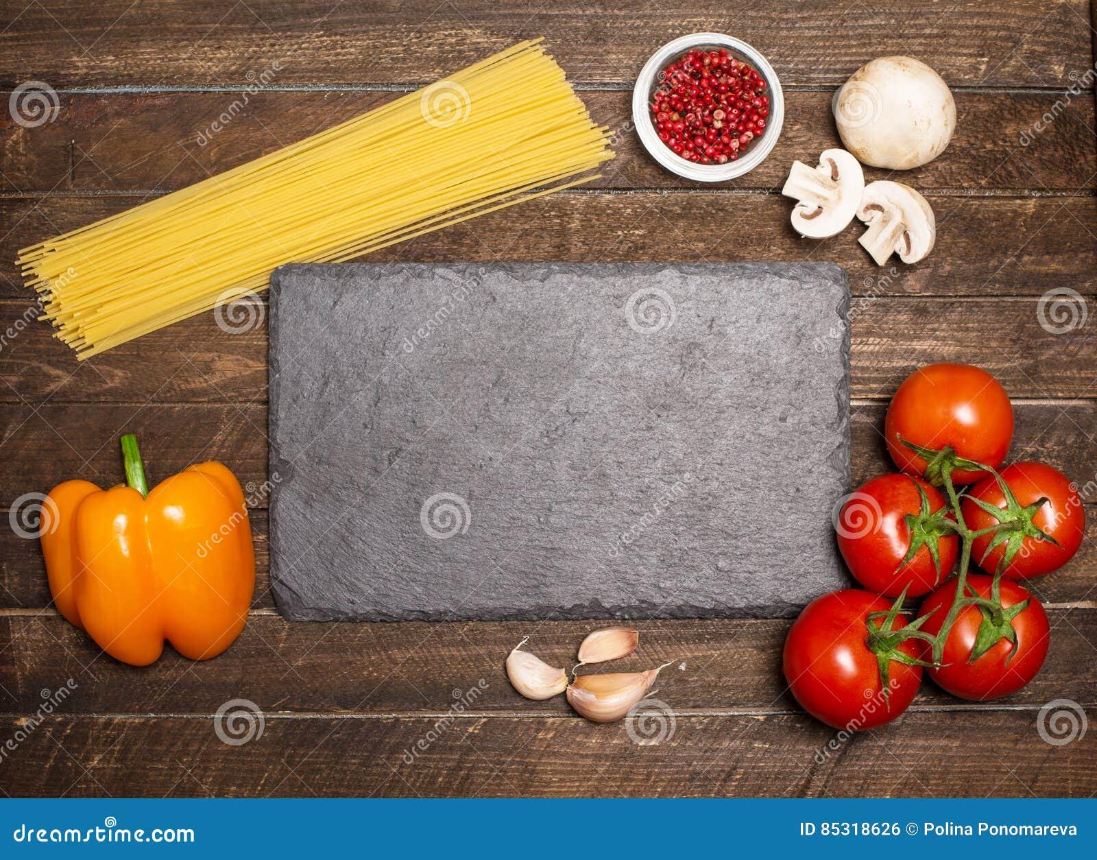 Ингридиенты для варить вокруг доски шифера Ingredie соуса для пасты