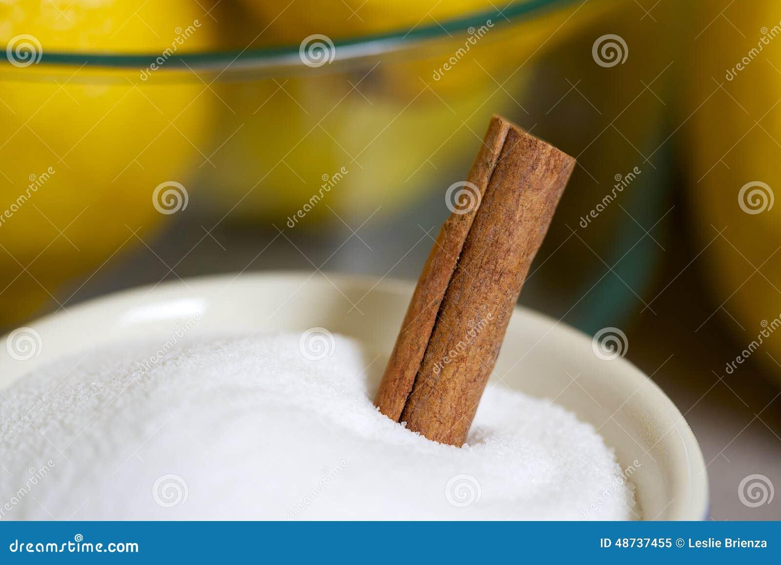Ингридиенты для Limoncello включая лимоны, сахар и циннамон