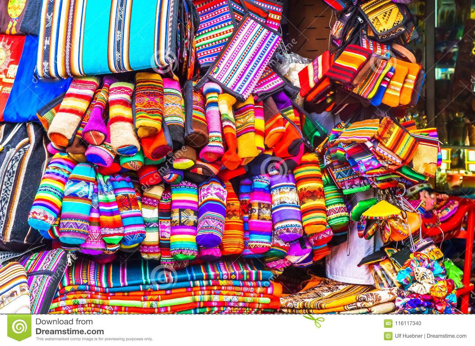 Индигенные одежды на рынке в Ла Paz - Боливии