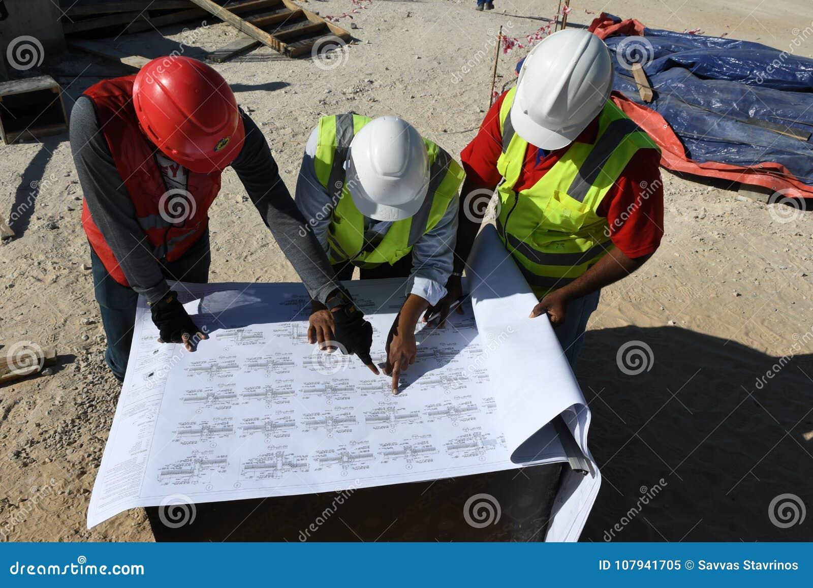 Индийские инженеры работников работают на строительной площадке