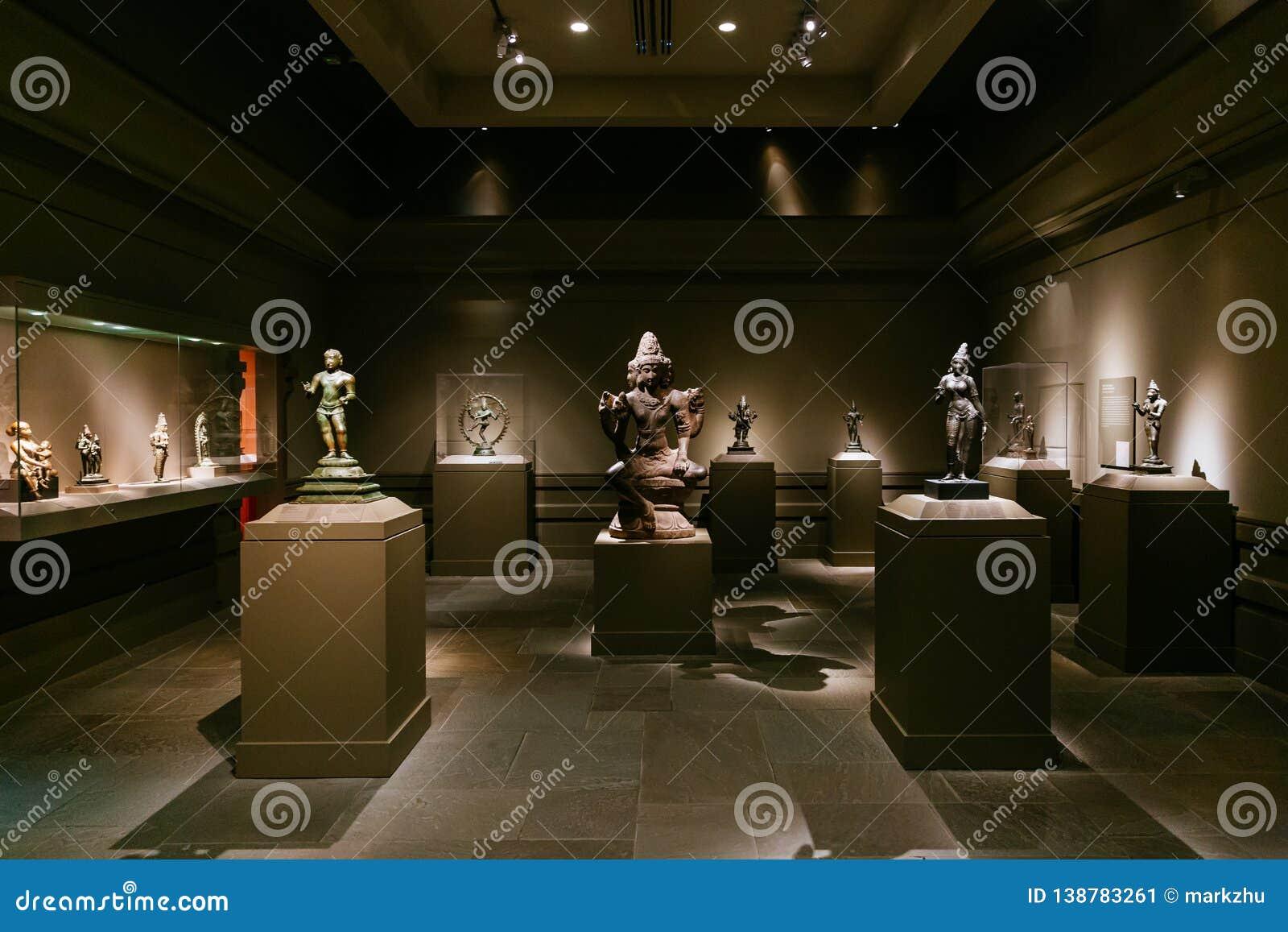 Индийское искусство и статуи на дисплее в музее Метрополитен искусства
